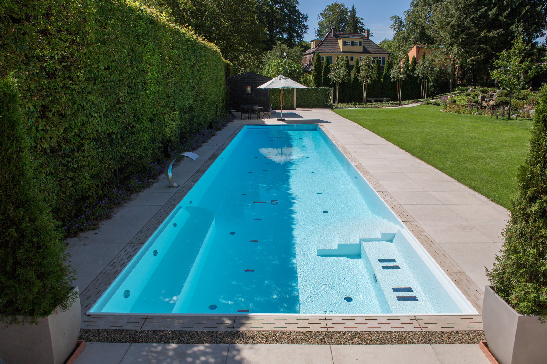 Langer schmaler Pool in Gartenpark