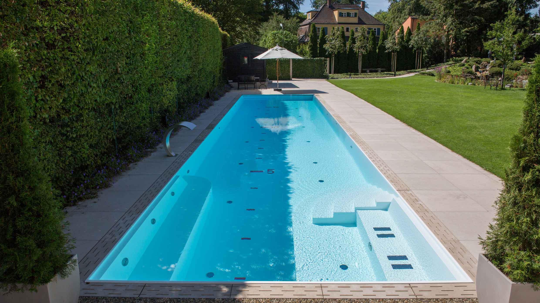 Pool mit Sitzgelegenheit im Wasser
