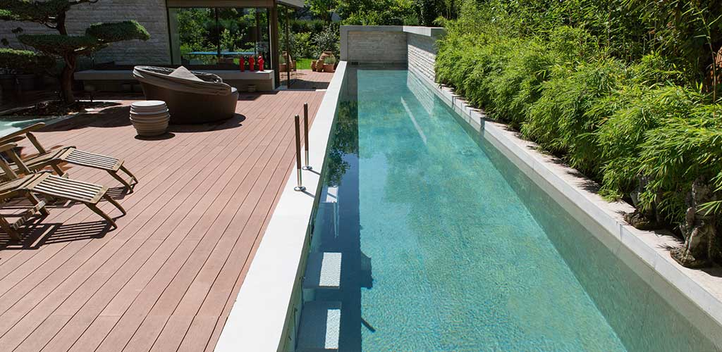Langer schmaler Pool mit grünem Wasser
