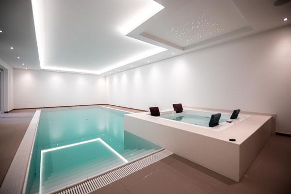 Privater Wellnessbereich mit Schwimmbad und Whirlpool