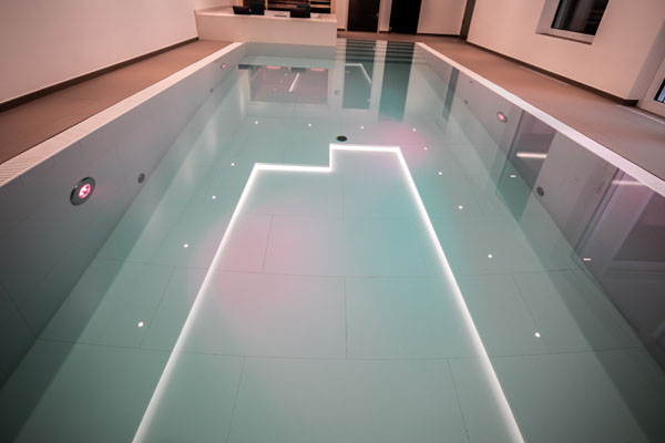 Swimming-Pool mit Lichtspiel abends in München