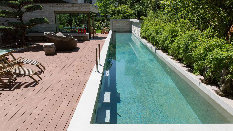 Länglicher Pool entlang einer Holzterasse