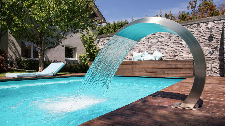 Aus einer Schwallbrause läuft Wasser in den Pool